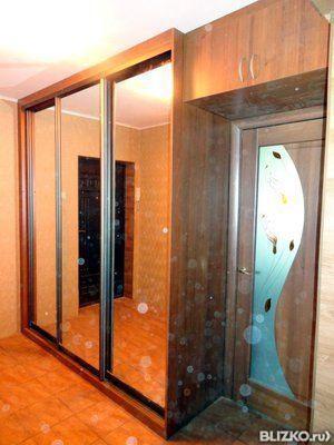 Встроенный шкаф-купе из дерева с зеркалами в городе омск - п.