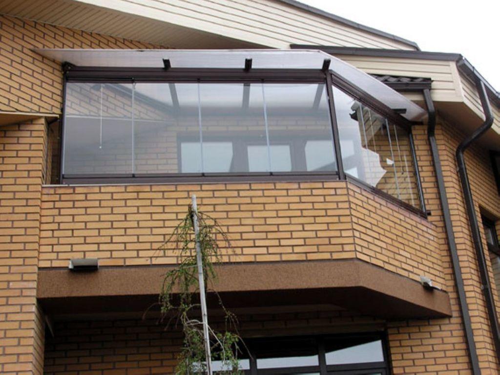 Безрамное остекление балкона с крышей из поликарбоната от ко.